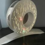 Lampe anneau en acier thèrmolaquer, incrusté d'une tôle texturé en inox .Eclairage LED
