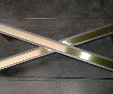 Table en acier et en laiton avec plateau verre