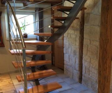 Escalier limon central 2/4 tournant, marches bois huilées cirées, rampe inox brossé