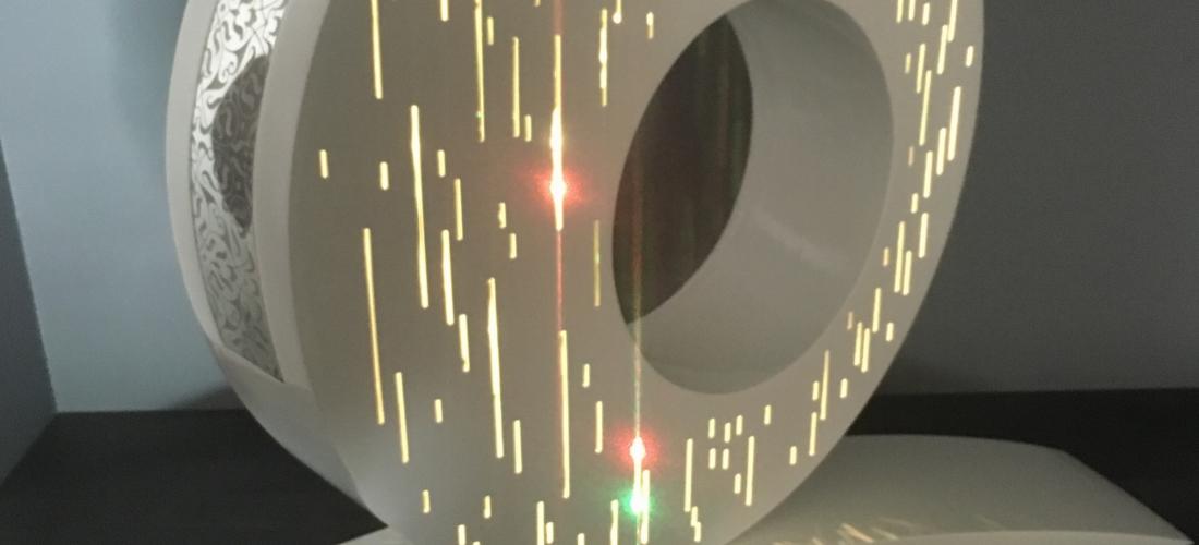 Lampe anneau en acier thermolaqué, incrustée d'une tôle texturée en inox